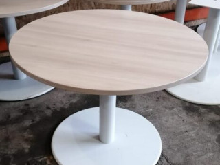 ROUND TABLE LIGHT BEECH TOP WITH WHITE BASE.